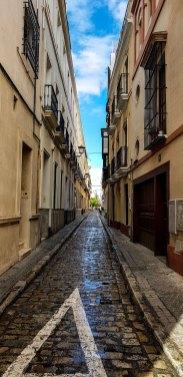 Schmale Gasse in Sevillas Altstadt.