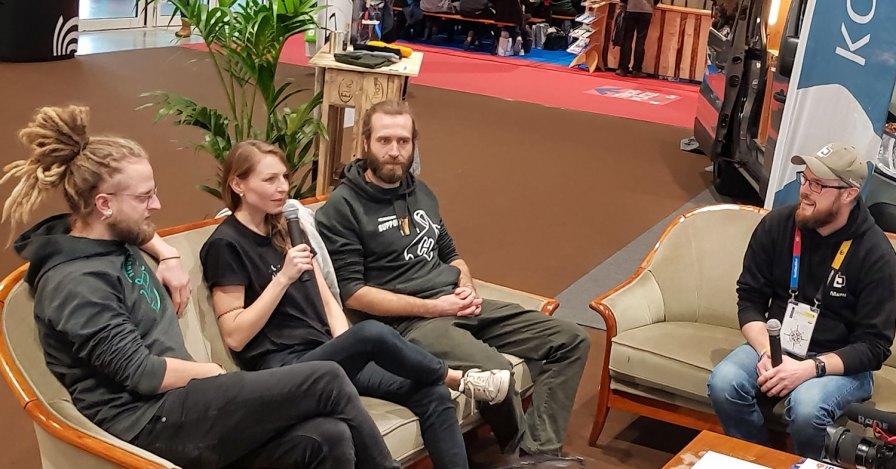 Diskussion im Vans and Friends-Wohnzimmer