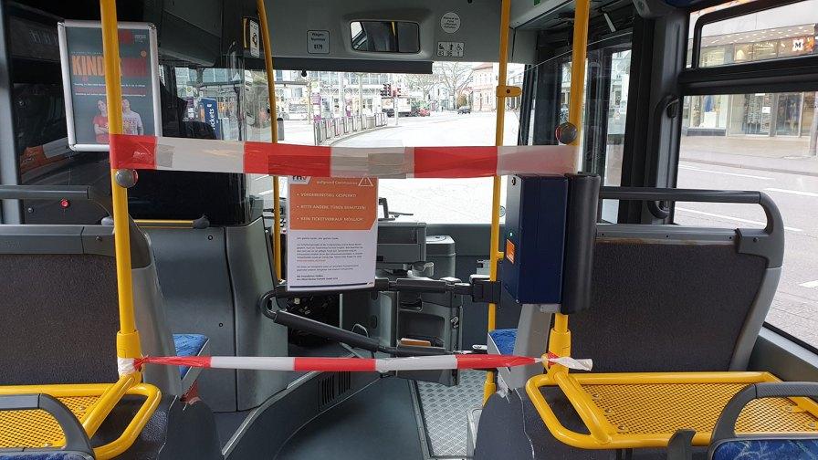 Corona-Krise-Absperrung des Fahrerbereichs im Bus
