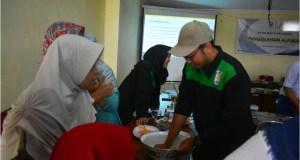 Salah satu mahasiswa KKN Unnes memberikan pelatihan pembuatan brownies dan mi dari alpukat ke anggota PKK desa Jetis.