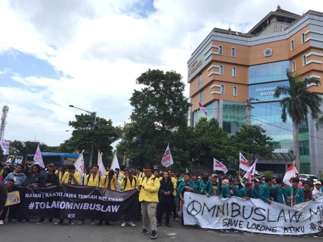 Massa Rakyat Jawa Tengah Melawan (Rajam)