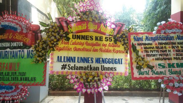Karangan bunga yang dikirim Alumni Unnes Menggugat ke pihak kampus (12/3). [Doc. BP2M/Fina]