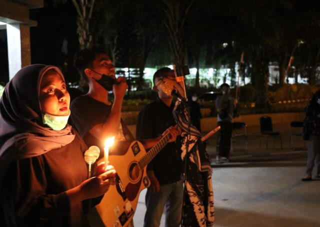 Aziz—Menteri Koordinator Pergerakan BEM KM, bersama gitarnya mengiringi lagu Mars Unnes, Mars Mahasiswa, dan Buruh Tani. [Dok. BP2M/Manan]