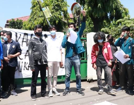 Mahasiwa menggelar aksi solidaritas dan menuntut pembebasan 4 mahasiswa terdakwa kasus penolakan Omnibus Law Undang-Undang Cipta Kerja (22/4). [Dok.BP2M/Khotikah]