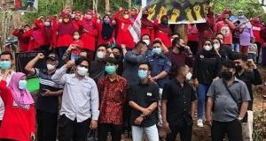 Warga Wadas bersama Gerakan Masyarakat Peduli Alam Wadas (GEMPA DEWA) di alas Wadas, Jumat (23/7). [Dok Instragram @wadas_melawan]