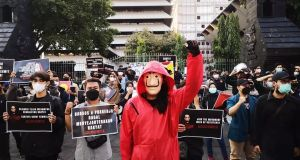 Sejumlah massa Aksi Kamisan Semarang di depan Kantor Gubernur Jawa Tengah, Kamis (30/9).