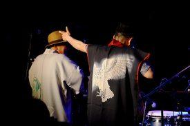 小林弌(はじめ)氏(打楽器奏者)のバースデーライブにて。「ベンガルワシミミズク」(右)、「和(ワ)ーディガン」(左)。
