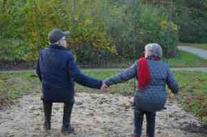 Bild im Beitrag 5 Dinge ,die Du tun solltest bevo Du es bereust; Älteres Paar auf Schaukel