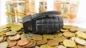 Bid zum Beitrag Friedenssteuer : Handgranate auf Geldmünzen liegend