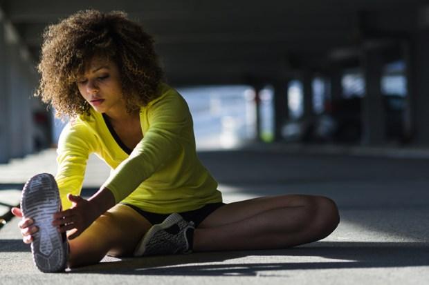 mulher-alongando-treinamento-funcional