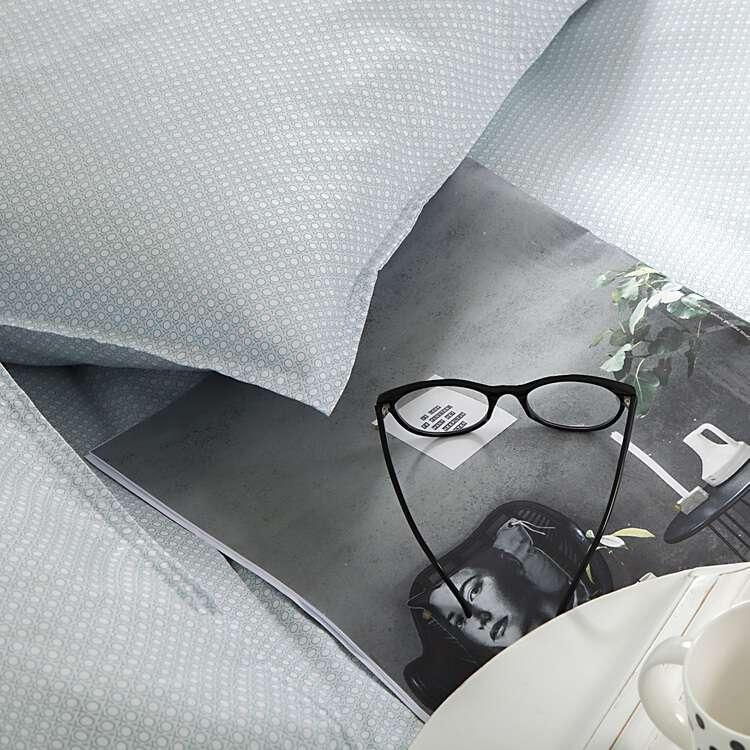 groen dekbedovertrek met bril en tijdschrift