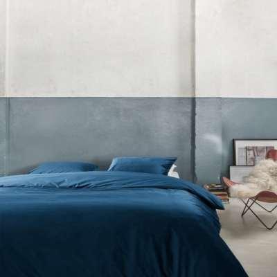 slaapkamer met blauwe fluwelen dekbedset