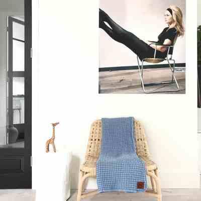 beschermdeken over een stoel in een abstracte kamer met witte muren