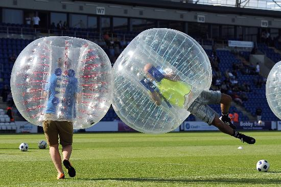 persone giocano a bubble football