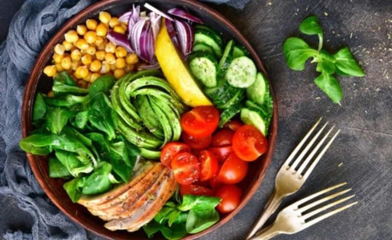 un piatto di verdure salutari con forchette