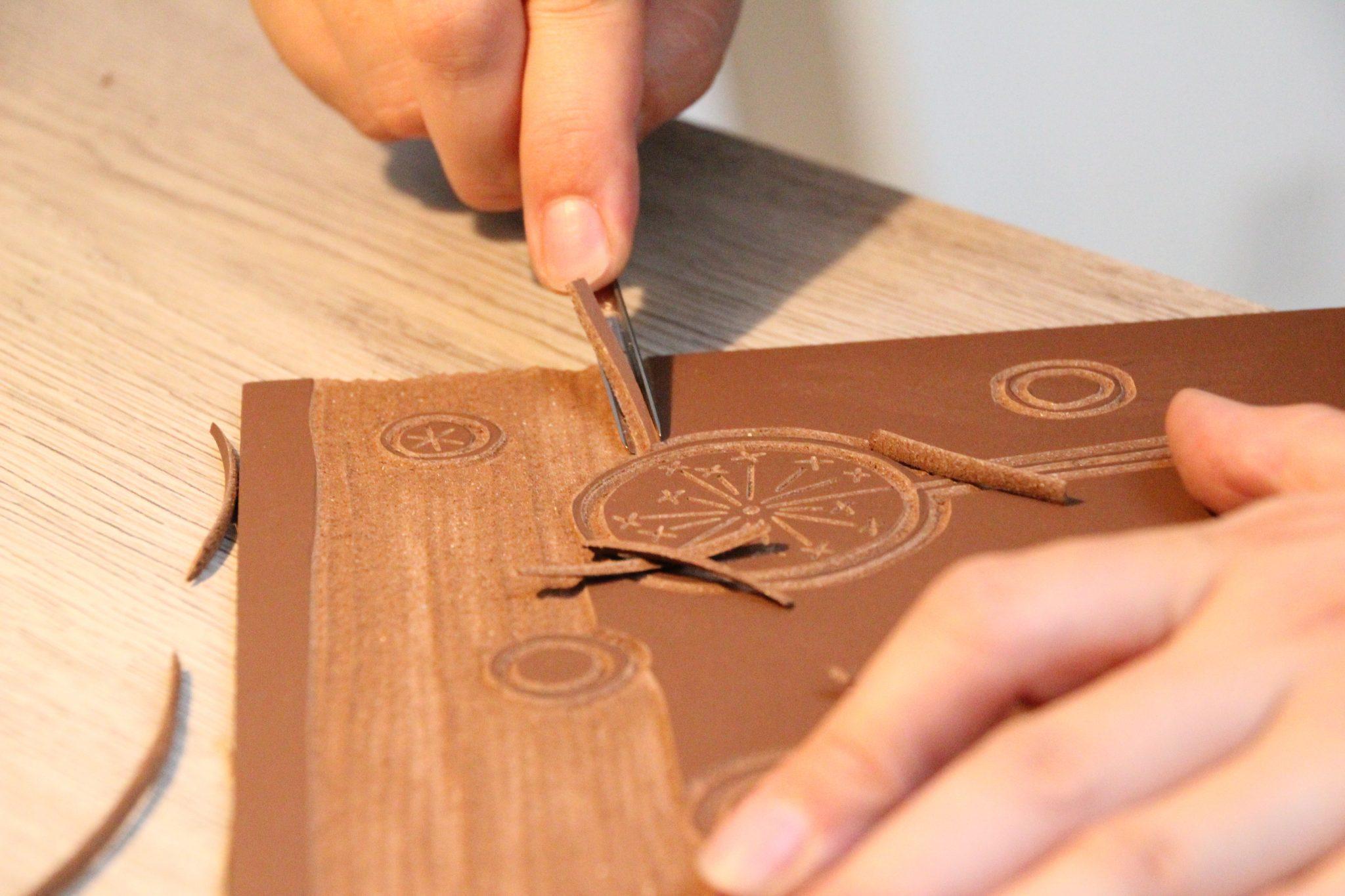 Azilise de LinoLino au travail (gravure) | LinoLino | Linogravure | Créations artisanales