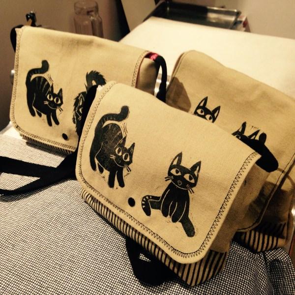 LinoLino   Linogravure et créations à partir d'impressions artisanales   Chambéry, France   Sacoches linogravure chats