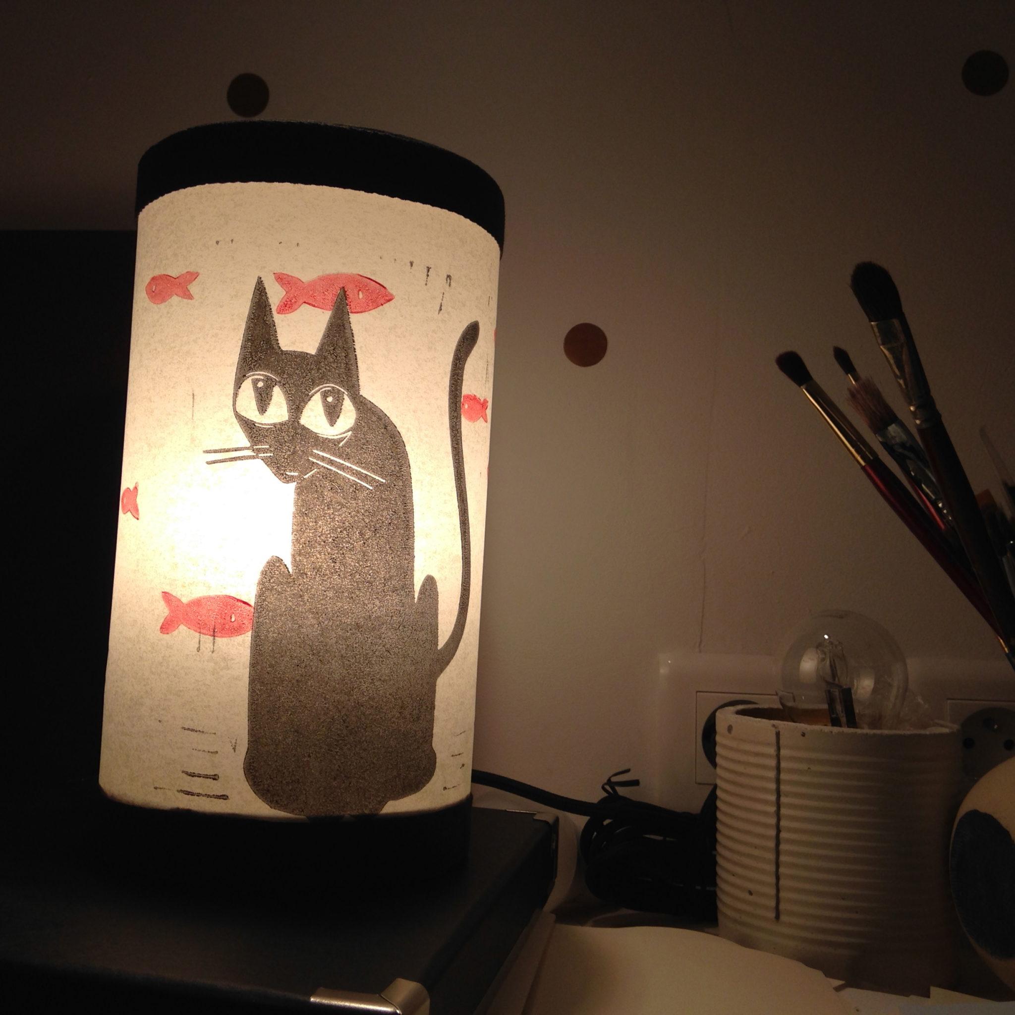 LinoLino | Linogravure et créations à partir d'impressions artisanales | Chambéry, France | Lampes | Lampe à poser mini, Chat noir et poissons rouges