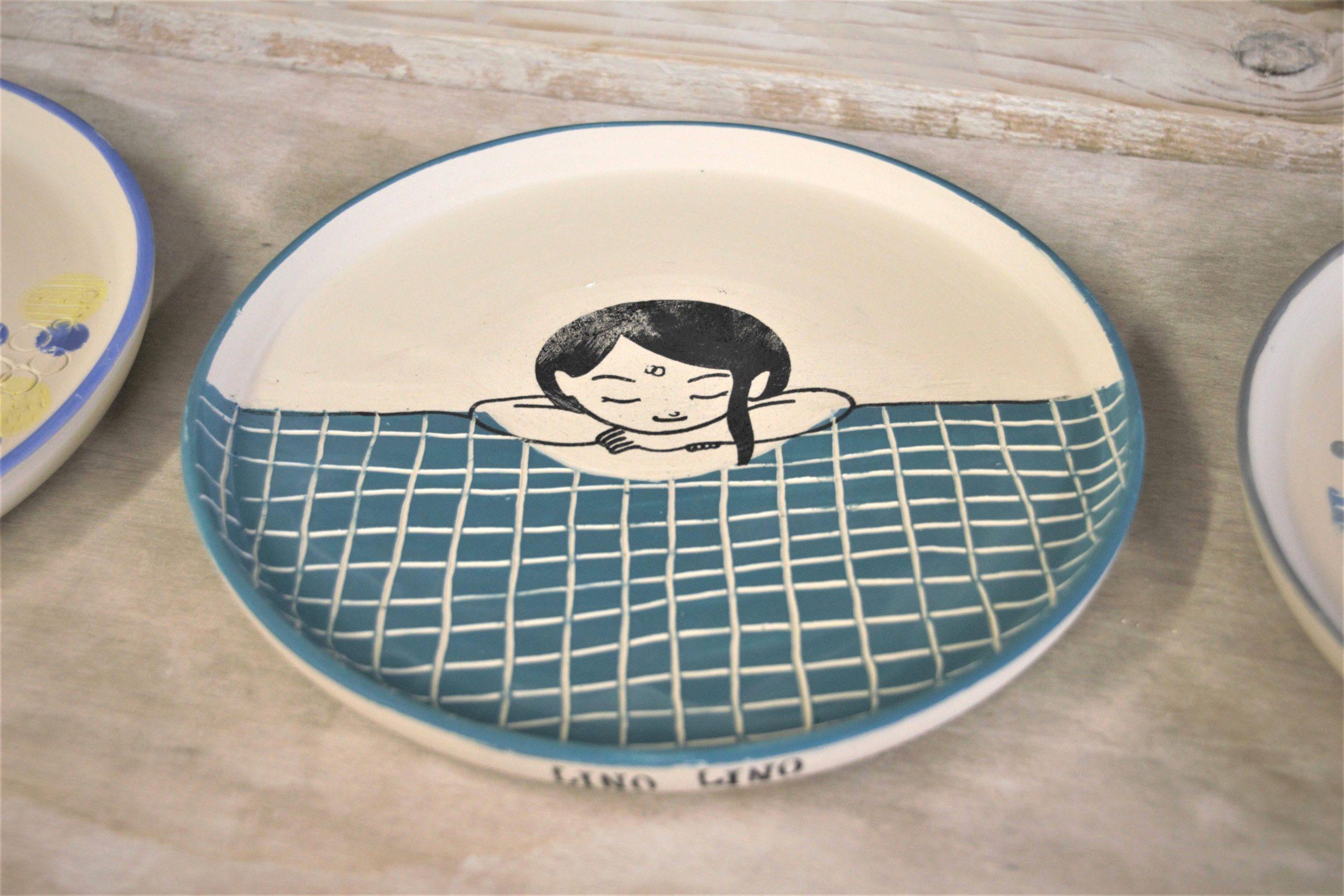 LinoLino | Linogravure et créations à partir d'impressions artisanales | Chambéry, France | Poterie collab Tant que la Terre Tourne Assiette crue Fille piscine