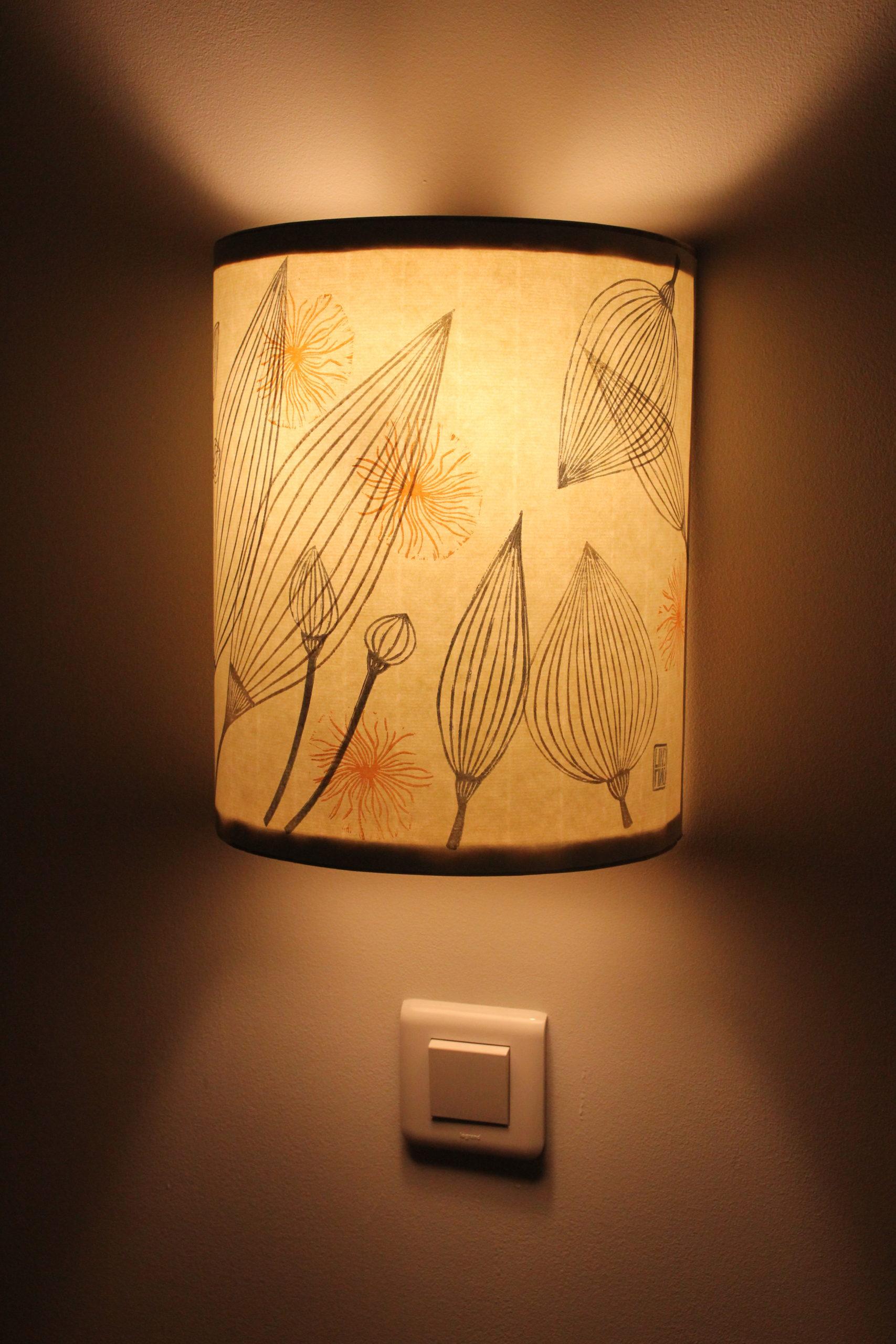 LinoLino | Linogravure et créations à partir d'impressions artisanales | Chambéry, France | Lampe applique murale linogravure fleurs et graines