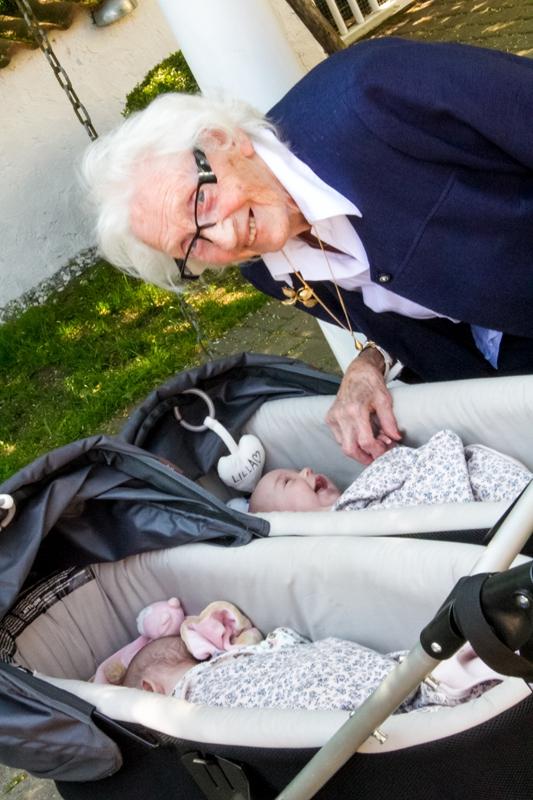 Gammelmormors första möte med barnbarnbarnen