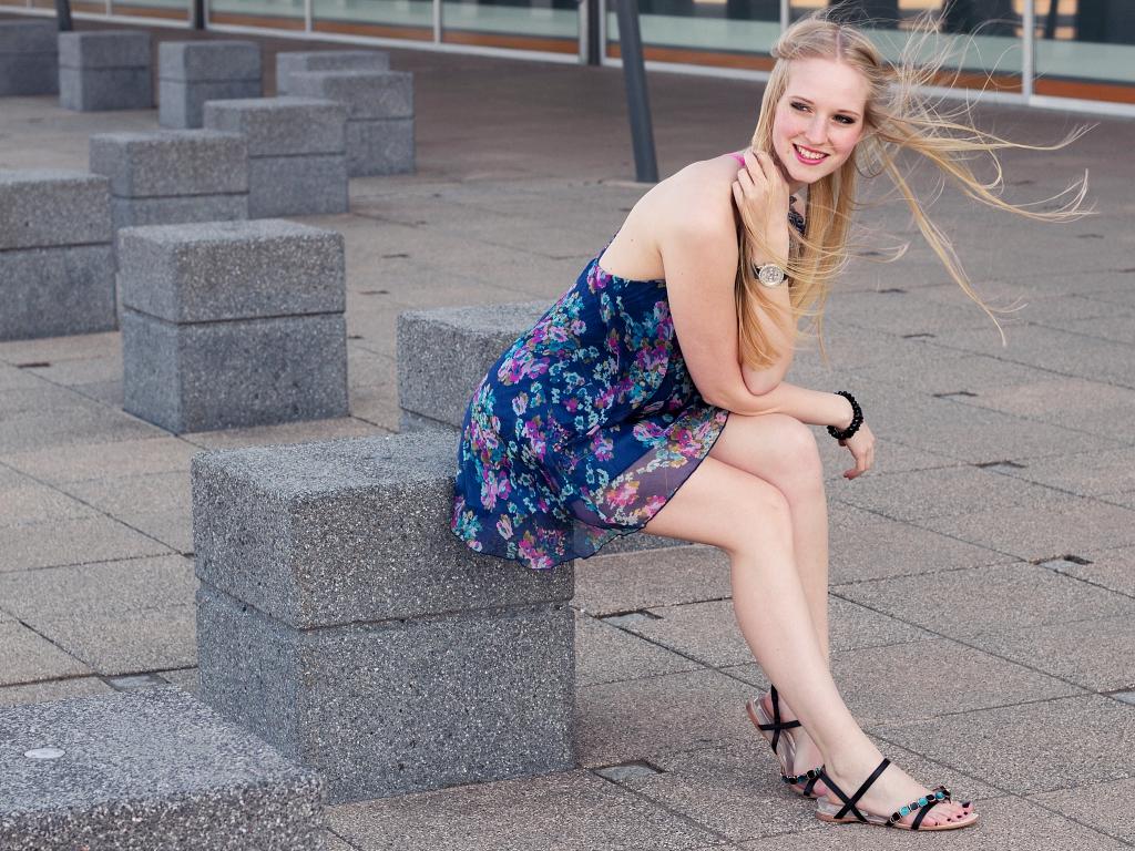 Sommer Outfit mit Blümchenkleid von Traffic People und Sandalen von Rosarot