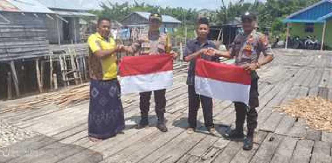 Sungguh Mulia, Kapolsek Katingan Kuala Bagikan Bendera Merah Putih