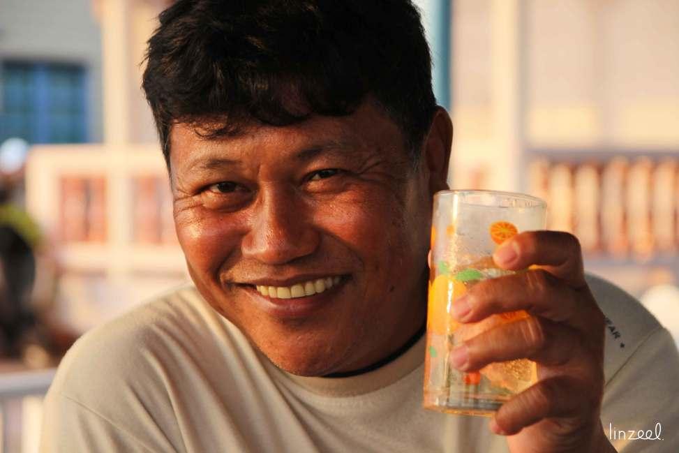Thailande. Apéro avec Manop et ses amis sur la route du Cambodge.