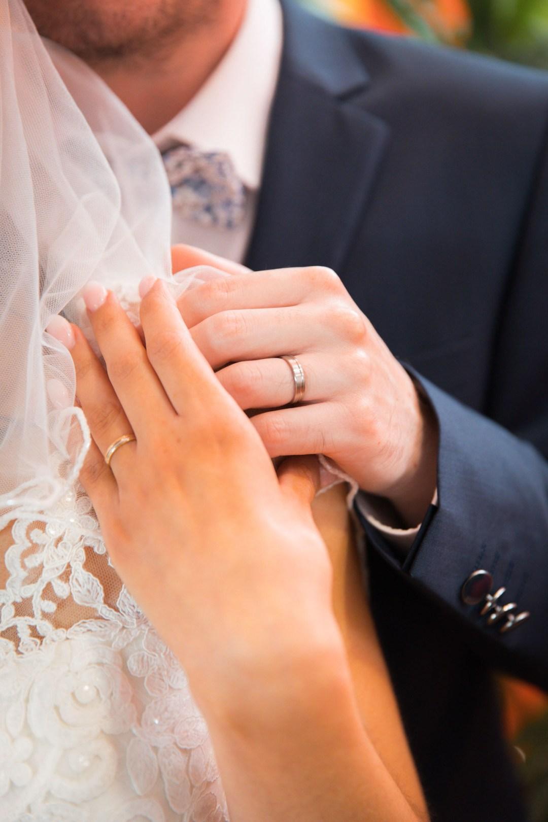Les mariés se tiennent par la main avec leur alliances aux doigts à la Roche sur Yon (Vendée)