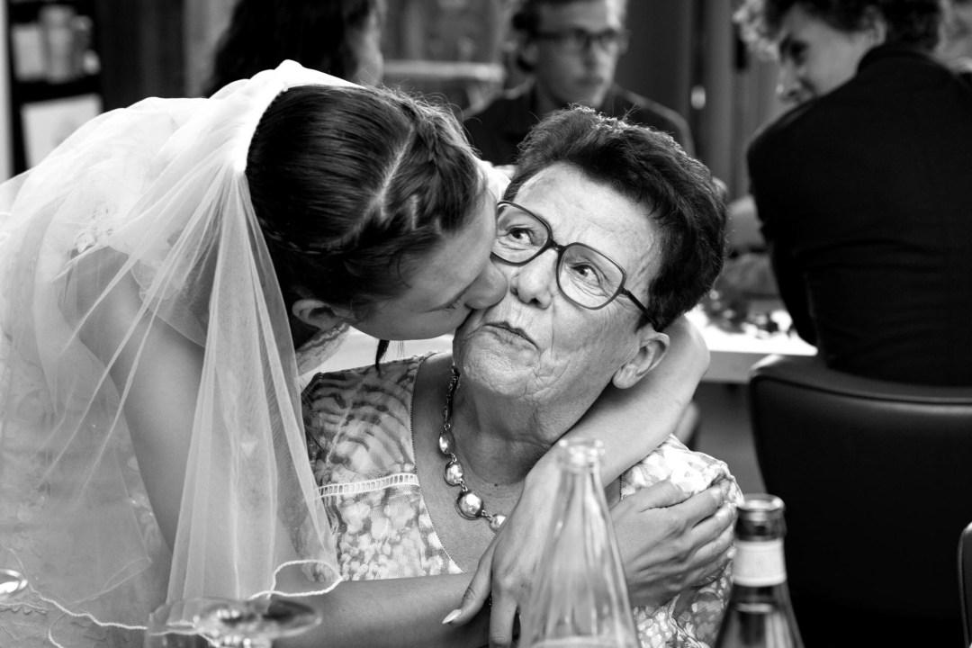 La mariée enbrasse sa grand-mère près de Challans (Vendée)