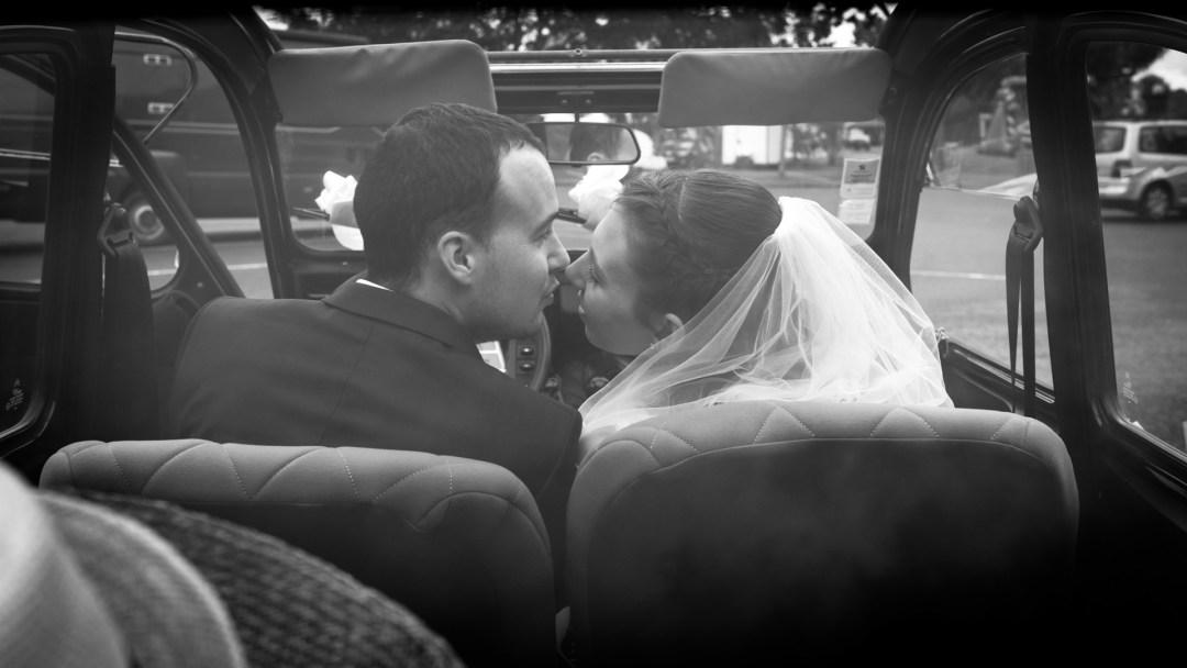 Les mariés s'embrassent dans une voiture à Nantes