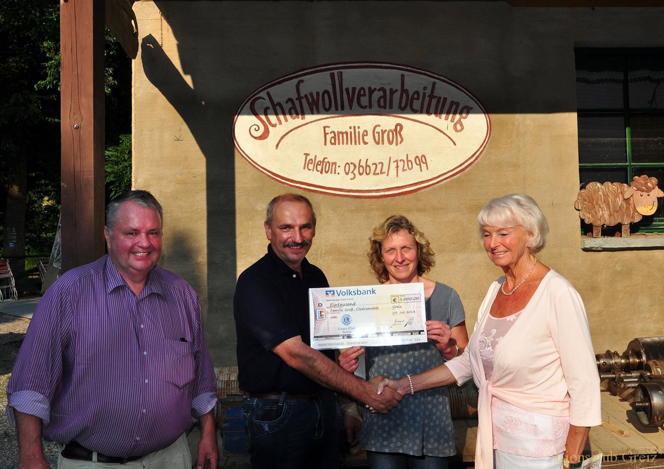 Greizer Lionsclub übergibt Spende an Familie Groß in Clodra