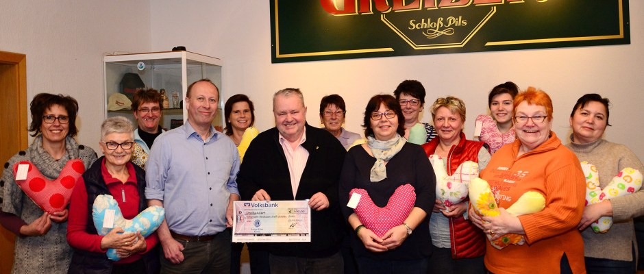 """Lions Club Greiz: Spende für Nähgruppe """"Herzkissen gegen Schmerzen"""""""