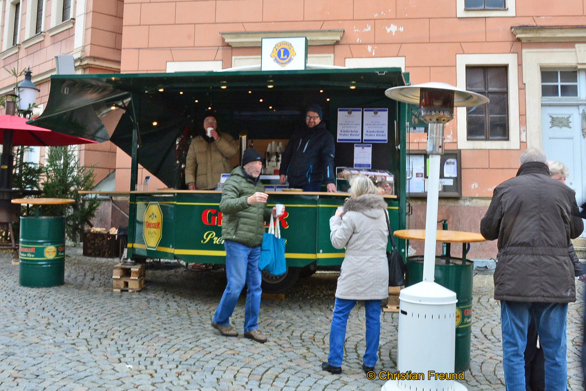 Bereits Stunden vor der Eröffnung des Greizer Weihnachtsmarktes hatte der Lions Club seinen Stand eröffnet.