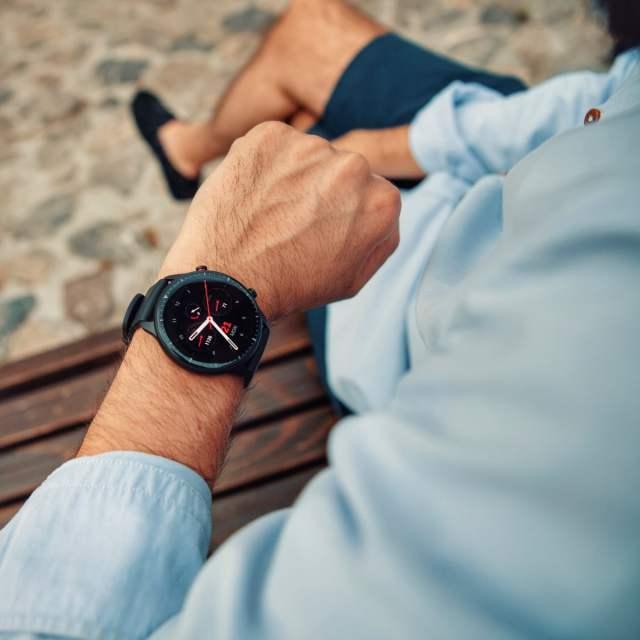 Jedini sat koji podjednako dobro ide uz trenerku, ali i odelo