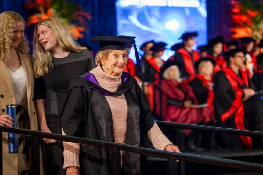 Seorang Nenek Lulus S2 di Usia 90 Tahun. Soal Belajar Memang Tak Boleh Ada Kata Terlalu Tua