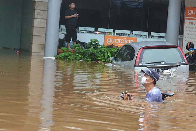 Hujan dengan intensitas tinggi mengguyur Ibu Kota Jakarta sejak Jumat, 19 Februari 2021 malam mengakibatkan sejumlah wilayah dilanda banjir. Salah satu wilayah yang terendam banjir adalah di Kemang, Bangka, Jakarta Selatan.