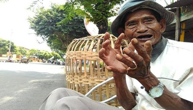 Berjalan Puluhan Kilometer Dengan Satu Kaki, Kakek Penjual Kurungan Ayam Ini Tidak Pernah Mengeluh
