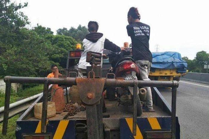 Kebingungan, Berboncengan Motor Masuk Tol, Dua Pemuda Kena Angkut Polisi - Semua Halaman - GridOto.com
