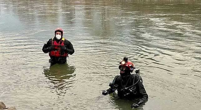 Tim penyelam mencari jenazah Peter Neumair dan Laura Perselli yang dibunuh anak mereka lalu dibuang di Sungai Adige, Italia (Foto: Newsflash)