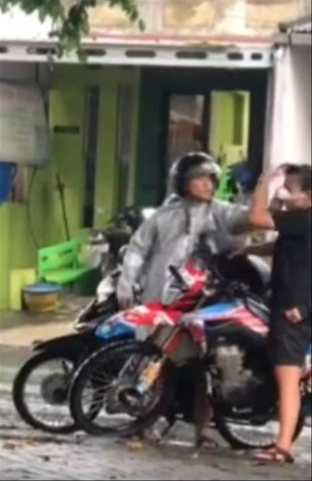 Pemotor Tempeleng Kepala Cewek karena Tak Terima Kena Cipratan Air di Jalan