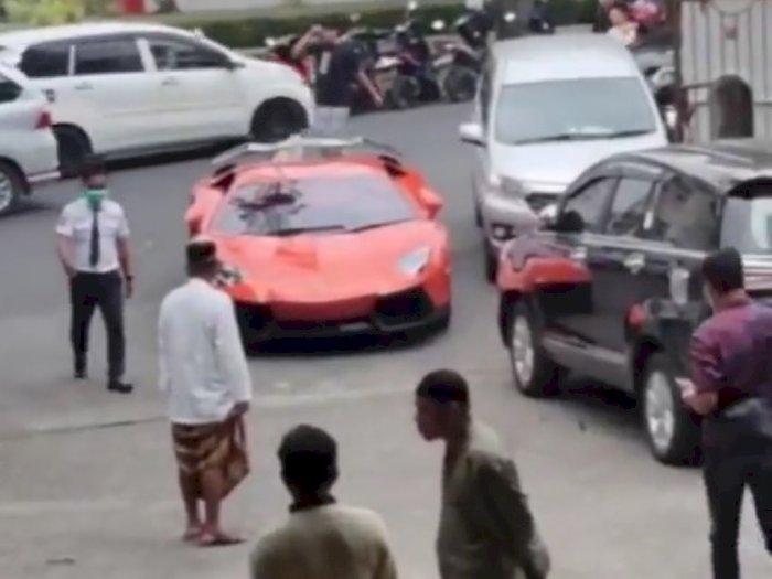 Viral Pria Bawa Lamborghini saat Salat ke Masjid, Reaksi Para Jamaah Jadi Sorotan | Indozone.id