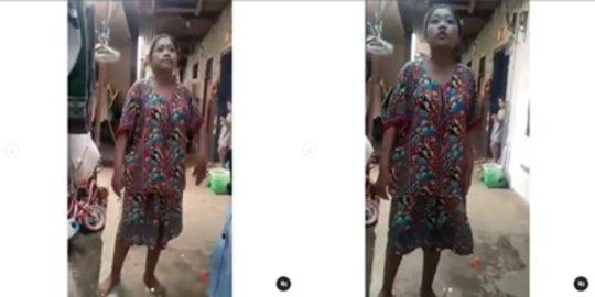 Viral Video Emak-Emak Ngamuk Ditagih Utang Sama Debt Collector, Sampai Mencaci Maki   merdeka.com