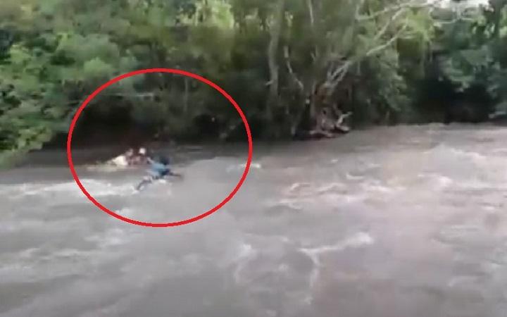 Viral Video Guru Seberangi Sungai Demi Antarkan Tugas Siswa : Okezone News