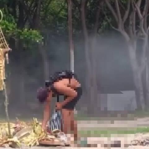 Viral Bule di Bali Mengais-ngais Sisa Sesaji dan Memungut Buah