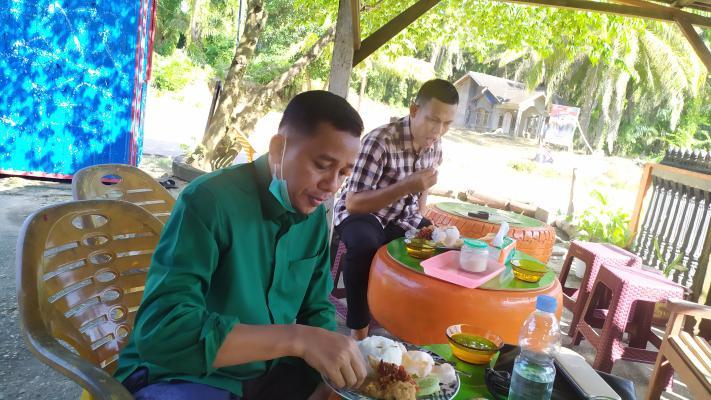 Wabup Sedang Mencoba Masakan Menus Istimewa dari Kapacak Aie