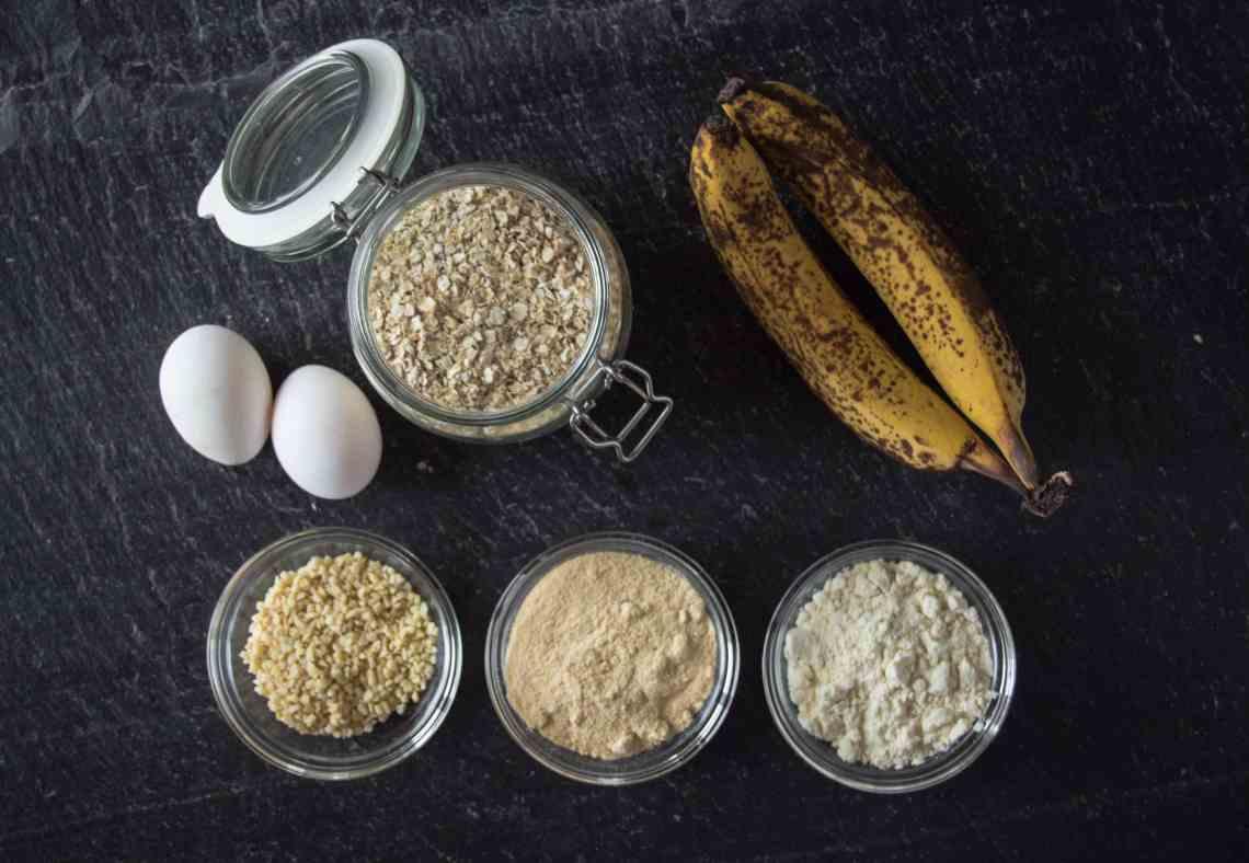 Bananenbrot Rezept - gesunde Zutaten Haferflocken, Eier, Proteinpulver, Kokosmehl, Nüsse, Wasser, Backpulver