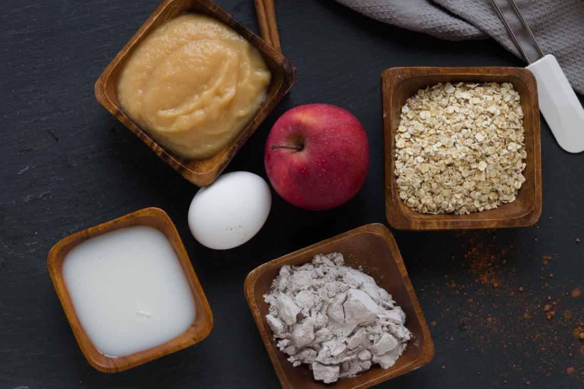 Zutaten für Protein-kuchen mit Schokolade und Apfel. Ein leichtes Rezept zum Nachbacken. Highprotein und perfekt für eine Diät.