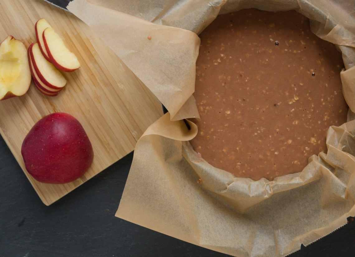 Leckerer Proteinkuchen mit Schokolade und Apfel. Ein leichtes Rezept zum Nachbacken. Highprotein und perfekt für eine Diät.