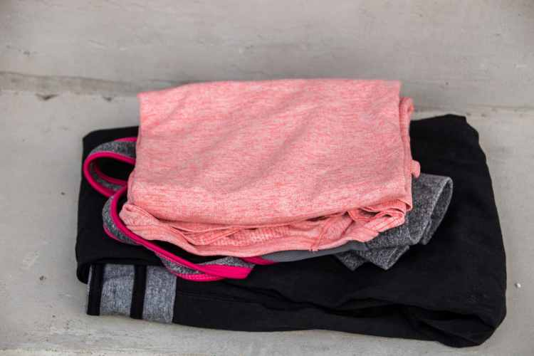 Bequeme und lockere Sportklamotten gehören in jede Sporttasche